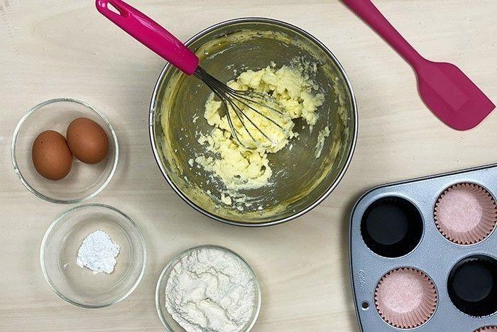 2. Crémer le beurre et le sucre :   Dans un cul de poule, mélanger le beurre avec le sucre jusqu'à obtention d'une texture pommade.