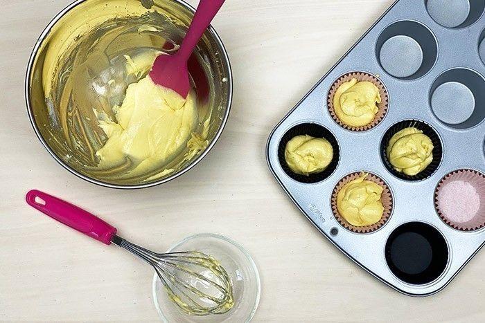 4. Rajouter la farine et la levure et mélanger avec la maryse jusqu'à obtenir une pâte uniforme. Placer les caissettes dans votre moule à cupcakes et les remplir à mi hauteur. Cuire durant 12-15 min à 180°C. Laisser refroidir.