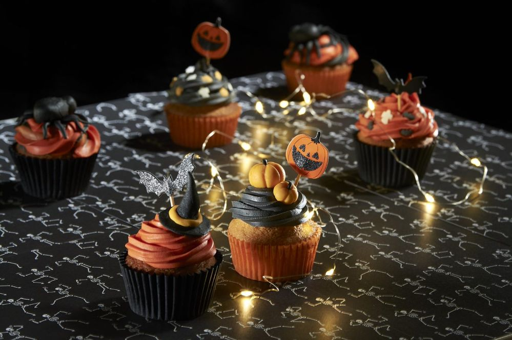Astuce : pour réaliser une citrouille, former une boule orange et réaliser les stries avec un cure dent. Avec le cure dent faire un trou sur le dessus et placer un petit bout de pâte noire. Décorez vos cupcakes avec les éléments en pâte à sucre, ils sont prêts pour être dégustés.