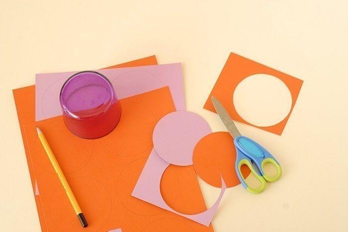 2. Découper chaque disque avec une paire de ciseaux enfant.