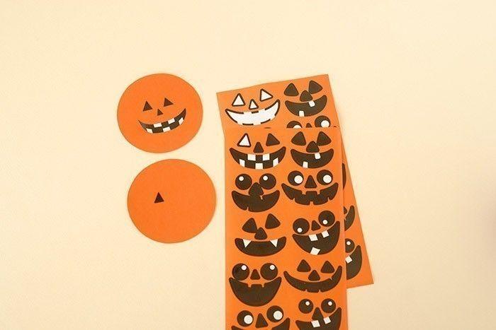 3. Prendre 2 disques orange. Choisir le même visage sur chaque planche pour le coller sur les disques et avoir 2 citrouilles identiques.