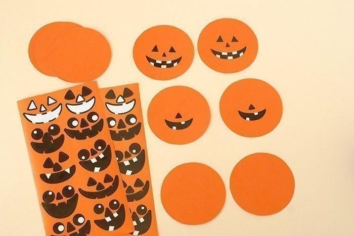 4. Assembler les autres disques orange par paire. Coller les stickers citrouille sur les disques, en veillant à prendre les même expressions et en les collant de la même façon sur les disques.