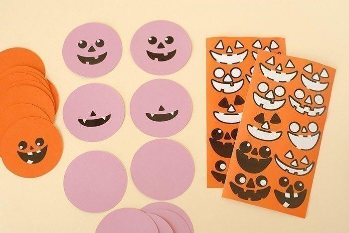 5. Prendre les disques mauves et les décorer avec les expressions de la même façon que pour les citrouilles orange.