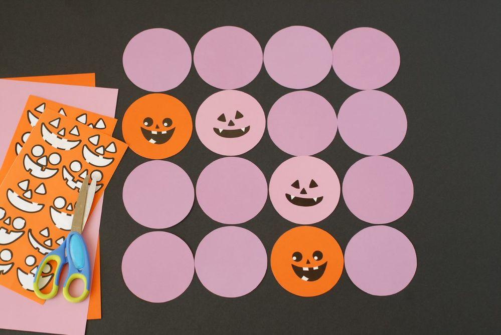 6. En retournant chaque carte, la couleur violette doit être identique partout. Mélanger les cartes et jouer.