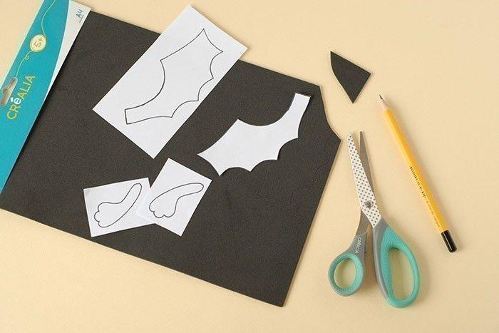 ETAPE 5/7 Imprimer le gabarit des ailes et des bras . Découper. Poser sur une feuille de mousse noire. Tracer le contour au crayon à papier. Découper.