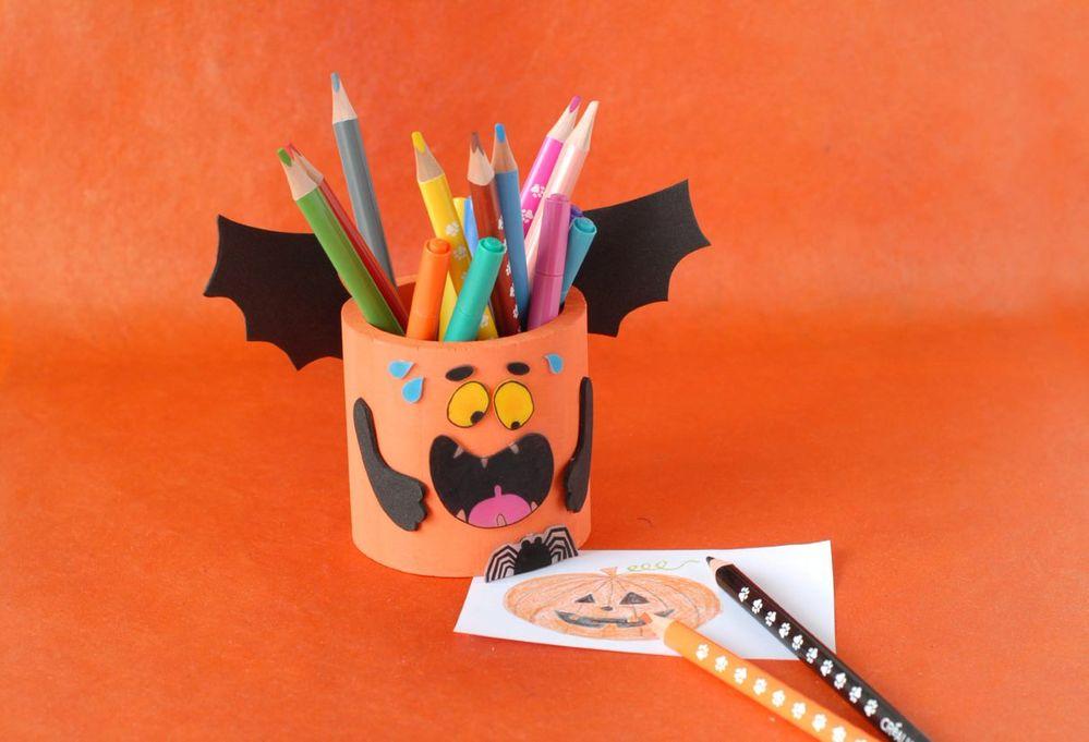 ETAPE 7/7 Le pot à crayons est prêt pour Halloween.