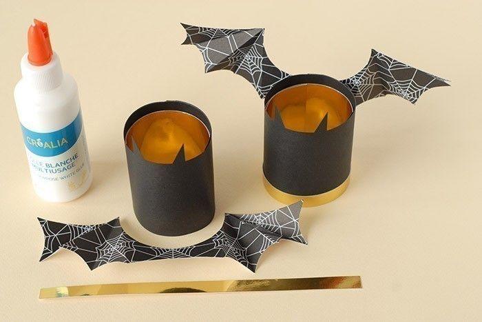 ETAPE 5/7 Coller les ailes au dos des vampires. Ajouter la bande or au bas du cylindre.