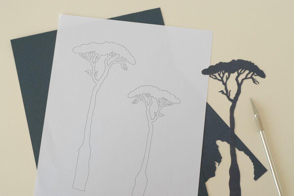 Le Range-documents  1. Imprimer le gabarit des arbres. Fixer sur une feuille bleu marine issue du bloc de papiers Collection Safri. Découper au cutter.