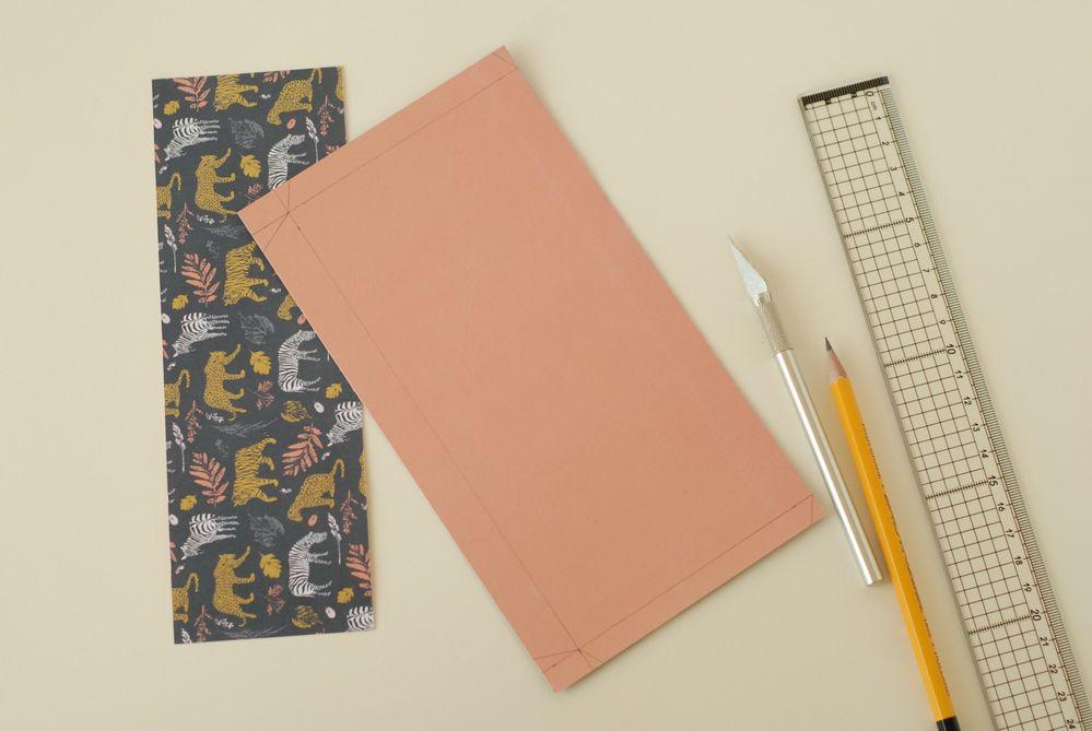 2 .Reporter les mesures de la pochette (voir gabarit) au dos d'une feuille de papier à motifs. Découper.
