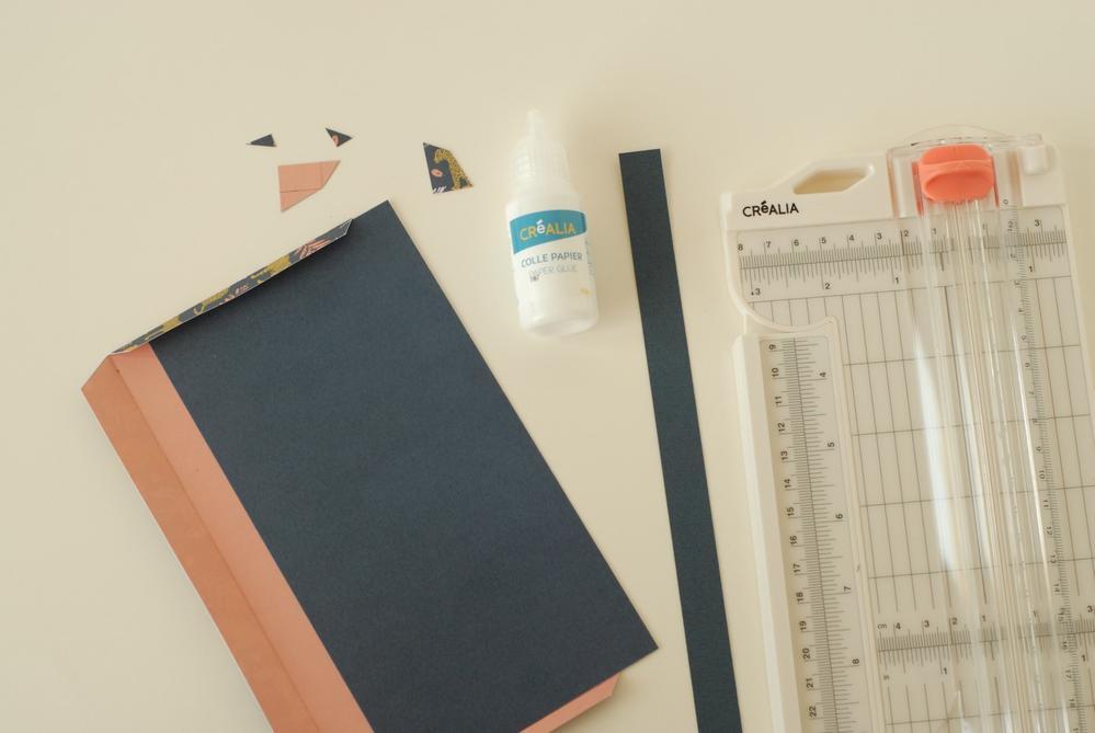 3. Marquer les plis de la pochette. Couper un rectangle de 9,8 x 18,8 cm. Coller pour fermer la pochette. Découper une bande de 1,5 cm de large.
