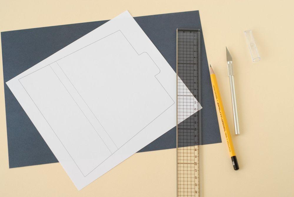 3. Imprimer le gabarit du rabat. Le reporter sur une feuille de papier bleu marine. Découper au cutter et à la règle.