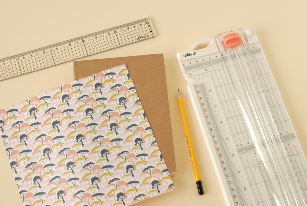 1. Mesurer la hauteur du carnet. La reporter sur une feuille de papier origami.