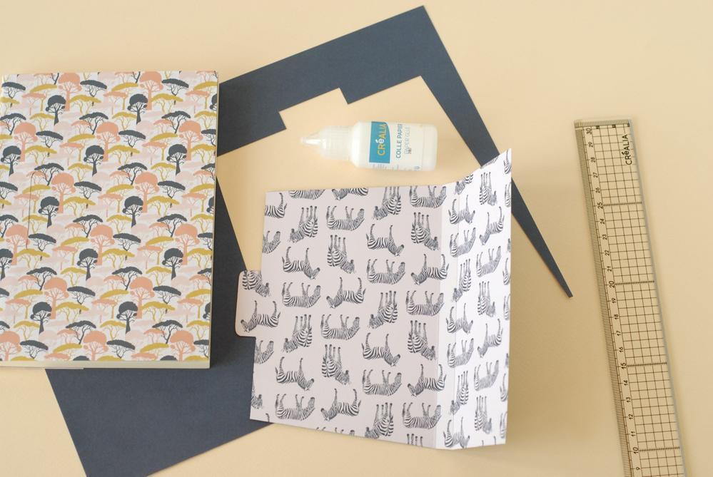 4. Marquer les plis. Positionner sur le carnet. Coller au dos du carnet.