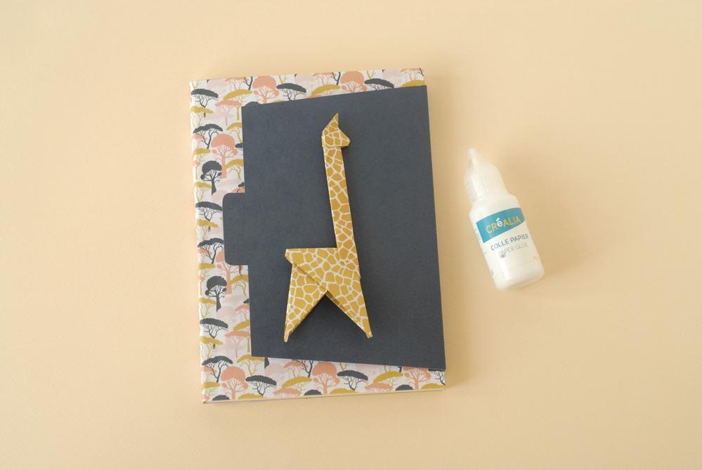 8. Coller la girafe sur le rabat du carnet.