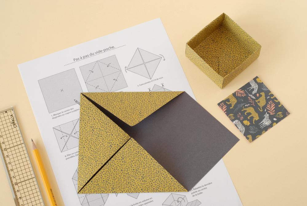 9. Télécharger et imprimer les schémas explicatifs de l'origami vide-poche pour compléter l'organisation de votre bureau.